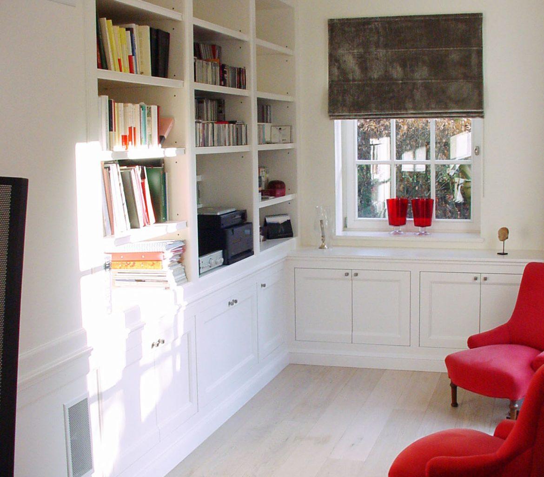 Bibliothèque simple avec portes et moulures en MDF peint